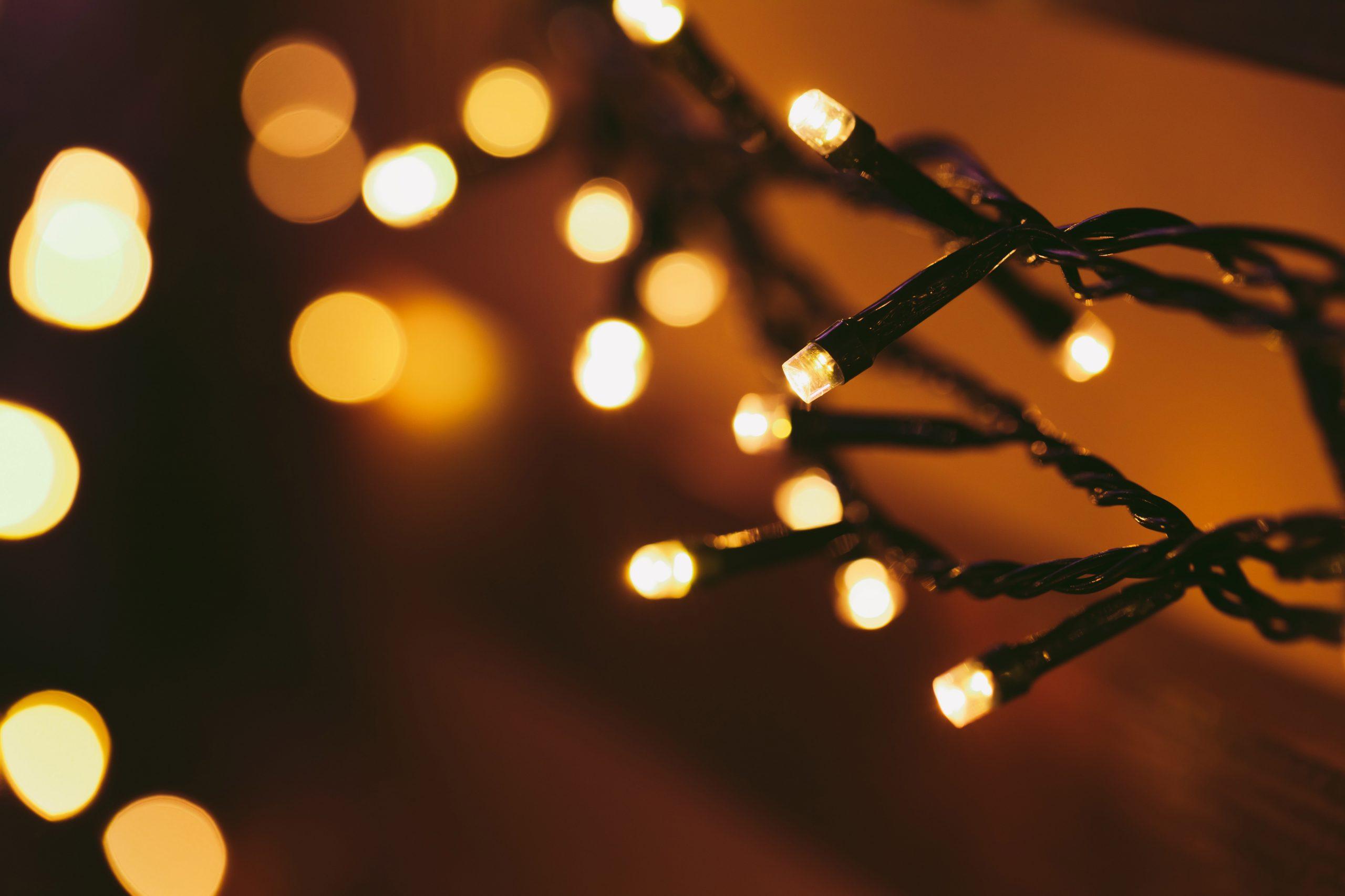 Les guirlandes lumineuses sont indisociables du sapin de Noël, c'est un élémen t essentiel de la décoration !