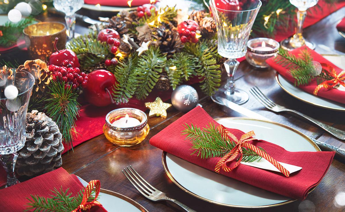 Une décoration de table de Noël façon nature avec beaucoup de vert et de sapin