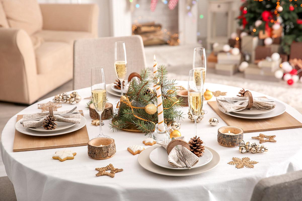 Une table de Noël décorée à la mode nordique (bois, blanc, lumières)